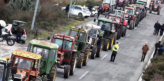 Грчките земјоделци ги отстрануваат блокадите