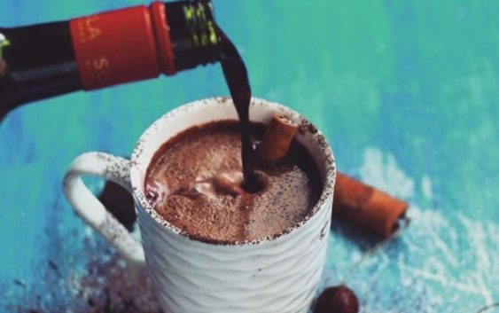 Топло чоколадо со црвено вино е ултимативен зимски пијалок