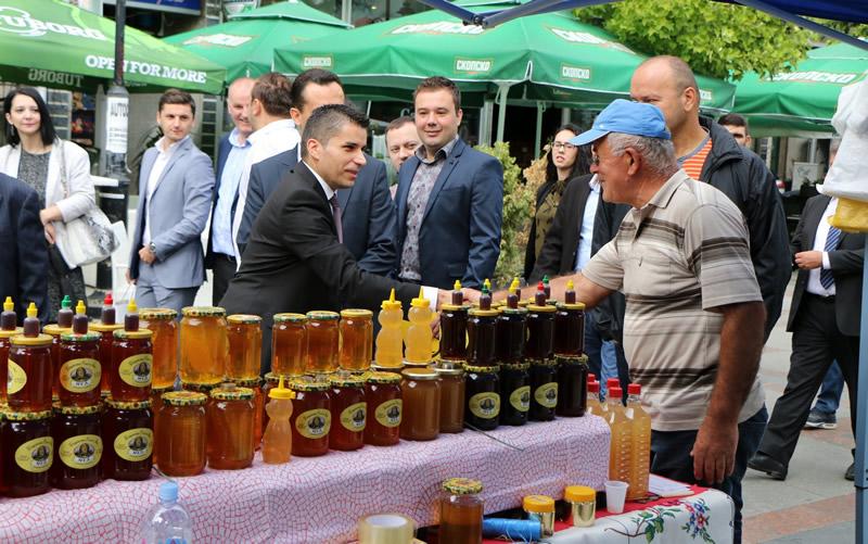 Photo of Министерот Николовски најави системски мерки за развој на пчеларството