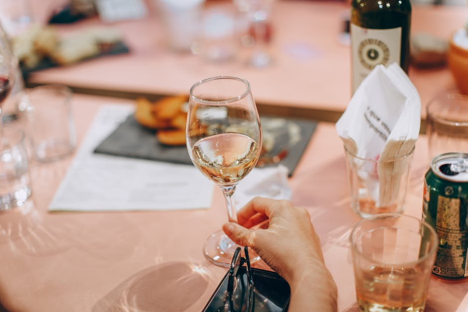 Photo of Бонтон: Чашата за вино не се покрива со рака
