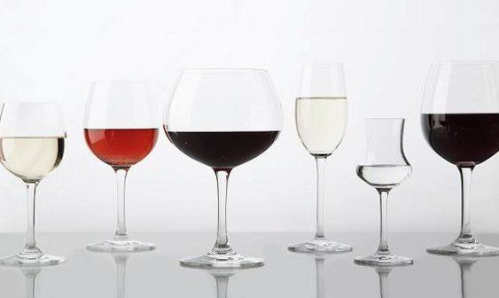 Како правилно да ги измиете омилените чаши за вино