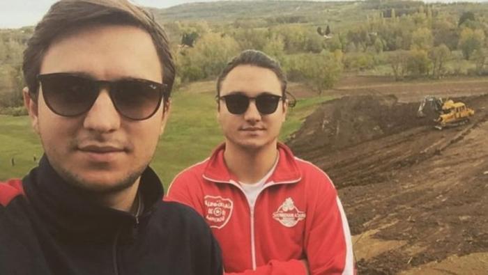 Photo of Го напуштиле луксузот во Лос Анџелес, облекле опинци и дошле во село: Близнаците Марко и Лука се први земјоделци во регионот