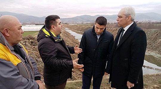 Photo of Се чистат коритата и одводните канали во Струмичко