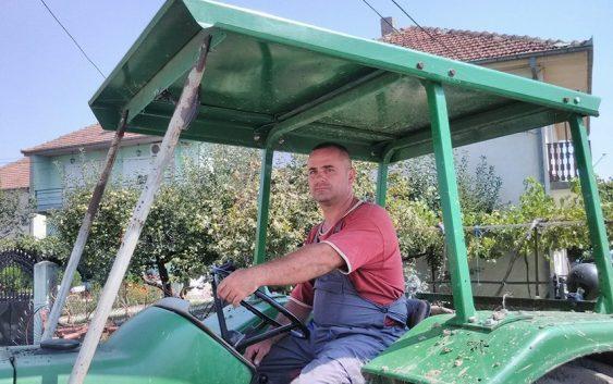 Задоволен земјоделец не ја напушта својата земја