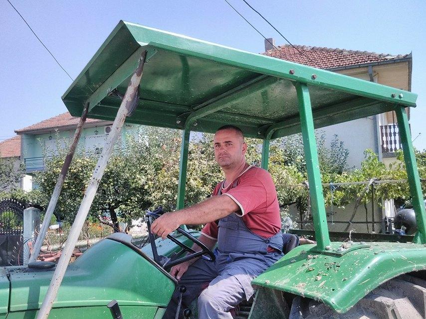 Photo of Задоволен земјоделец не ја напушта својата земја