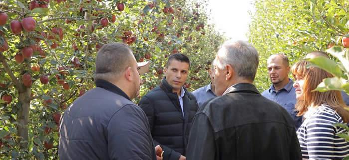 Photo of Николовски се сретна со јаболко-производителите во Преспа