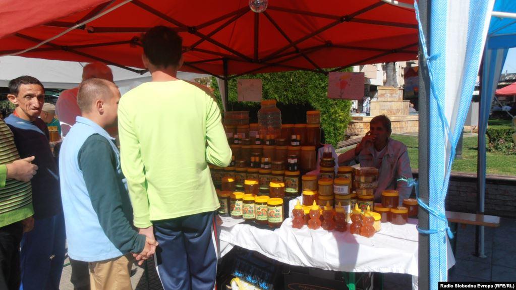 Photo of Климатските промени ги загрозуваат пчелите, а фалсификаторите на мед – пчеларите