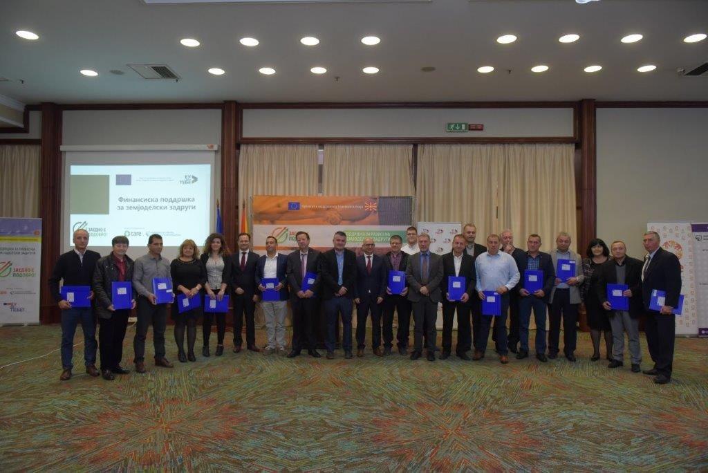 Photo of Доделени 17 договори за финансиска поддршка (ЕУ грантови) за 9 постоечки и 8 новоформирани земјоделски задруги