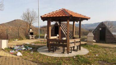 Photo of Демолирани клупи и корпи во локалитетот Влашки колиби кај езерото Мантово во Општина Конче